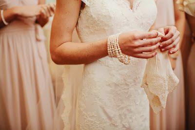Novia con varias pulseras de perlas.