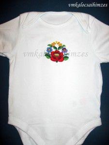 Kézzel hímzett színes kalocsai baba body (1)
