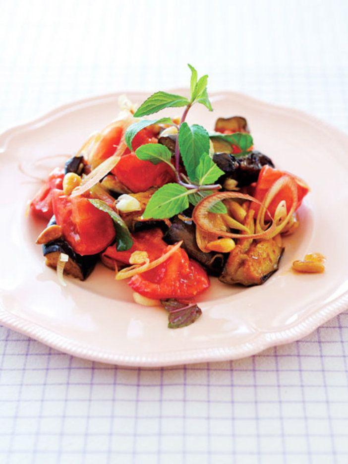 揚げたなすとトマトのゴールデンコンビ! ミントの香りがくせになる、夏の簡単サラダ|『ELLE a table』はおしゃれで簡単なレシピが満載!