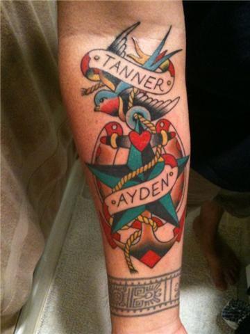 Tatuagem no braço de uma âncora