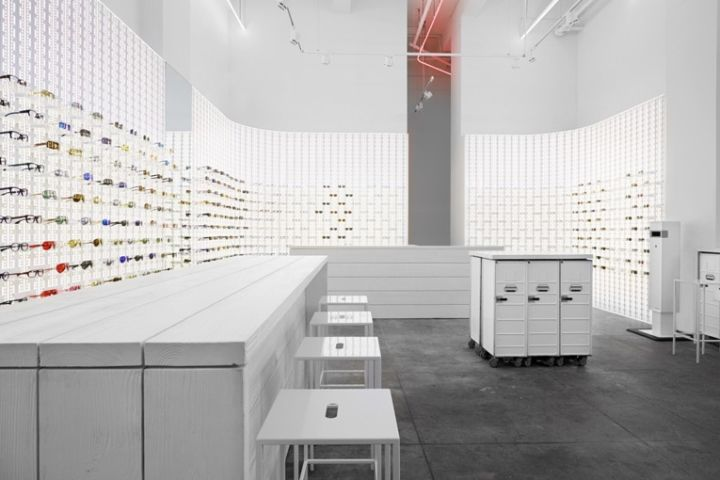 A clever stage-like lighting concept adds visual drama to make make it stand out. The whole retail concept is surprisingly flexible to the extent that it easily adapts to its surroundings, in this case an art déco-style factory building.