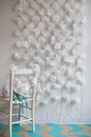 綺麗!と思わず歓声を上げたくなる、白いお花のガーランド。椅子などの家具を飾ったり、壁に垂らしてお部屋のイメージを変えたり、カーテンみたいに使っても素敵ですね。お花も紙で作っているとは思えないくらいですが、意外に簡単に作れてしまいますよ。画像はペーパーナプキンですが、お花紙でも作ってみましょう。