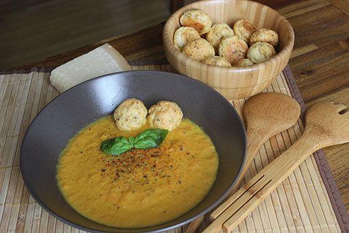 Karottensuppe mit Käsebällchen