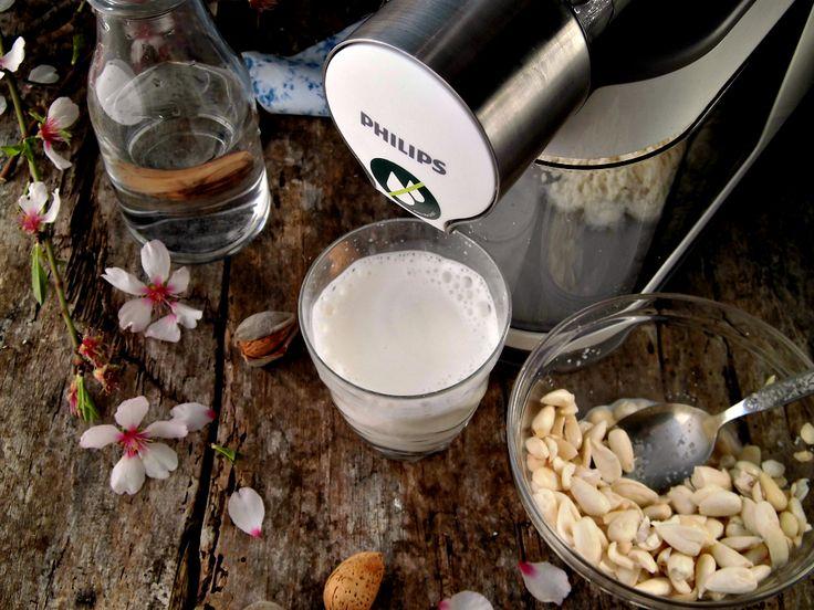 Latte di mandorle con l'estrattore |Mettere in ammollo le mandorle con la buccia per qualche ora (meglio una notte). Sciacquate le mandorle, spellatele e inseritele nell'estrattore con acqua in rapporto da 1:2 a 1:5 (una parte di mandorle, da 2 a 5 di acqua, a seconda di quanto lo volete denso, per esempio 100 grammi di mandorle, da 200 a 500 ml di acqua). Stessa cosa per latte di nocciole, pistacchi, ecc.