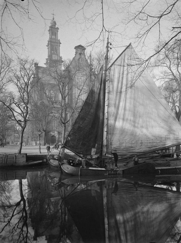 foto van fotograaf C. Steenbergh. Op de achtergrond de Westerkerk in #Amsterdam uit 1917 s