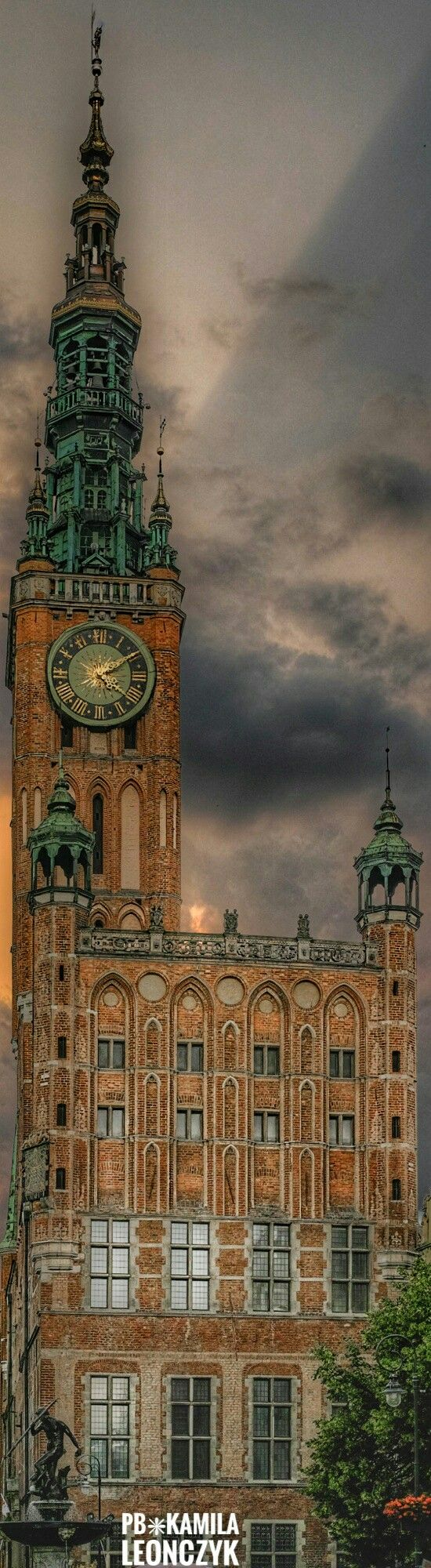 Gdańsk Main Town Hallis a historicRatuszlocated in theGdańskMain Cityborough ofŚródmieście. It is one of the finest examples of theGothic-Renaissancehistoric buildings in the city, built at the intersection of theLong LaneandLong Market, in the most popular part of Gdańsk.The Main Town Hall in Gdańsk houses the History Museum of the City of Gdańsk