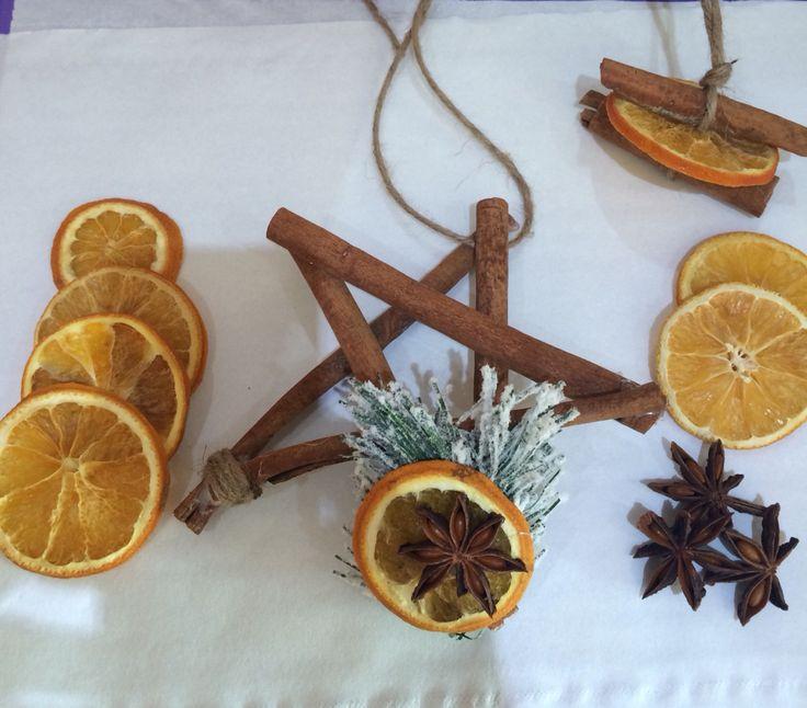 Decori natalizi con cannella arancio e anice stellata