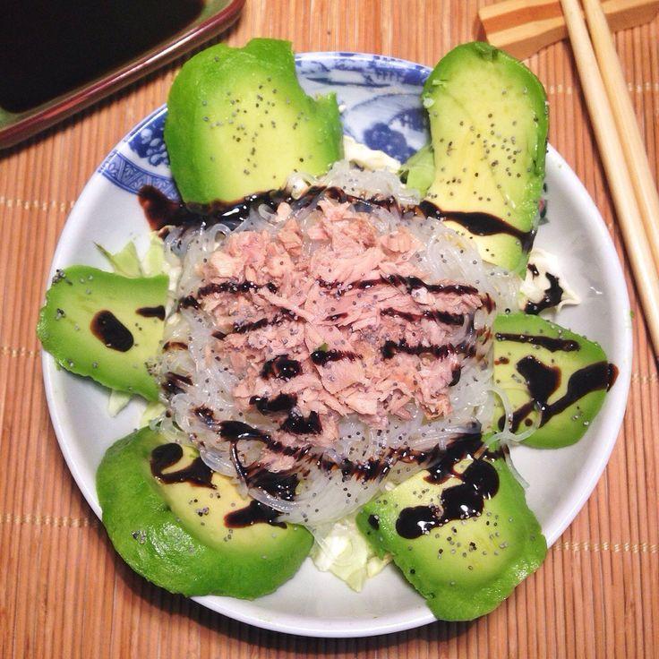 Ensalada templada de fideos shirataki con col, aguacate y atún