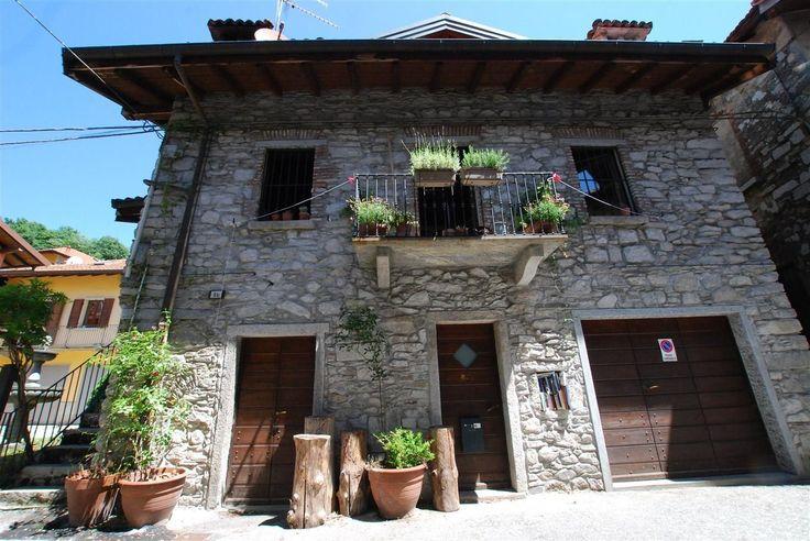 Деревенский дом, в историческом центре Mergozzo.. Общая площадь дома – 102 кв.м. Дом в отличном состоянии. Он располагается на трёх уровнях. На первом этаже находятся гараж, подвал, ванная комната и котельная. На втором этаже – просторная гостиная с выходом на балк