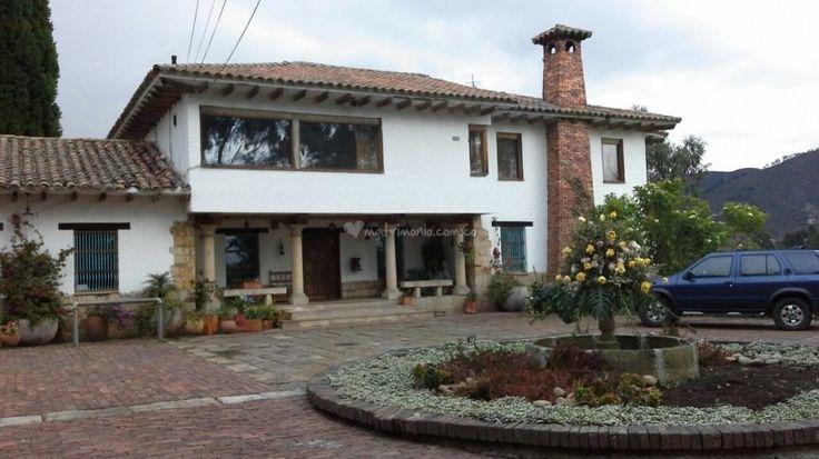 Hacienda Tihuaira es un bonito lugar a las afueras de la ciudad de Bogotá, en donde podrán compartir con sus familiares, amigos y allegados, el mejor evento de sus vidas. Sus amplios espacios, áreas ajardinadas y bonitos paisajes, serán el escenario