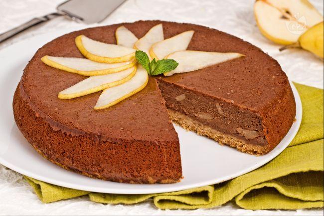 La cheesecake cioccolato e pere è una deliziosa variante della celebre torta. Ideale per concludere una cena estiva, convincerà anche i più scettici.