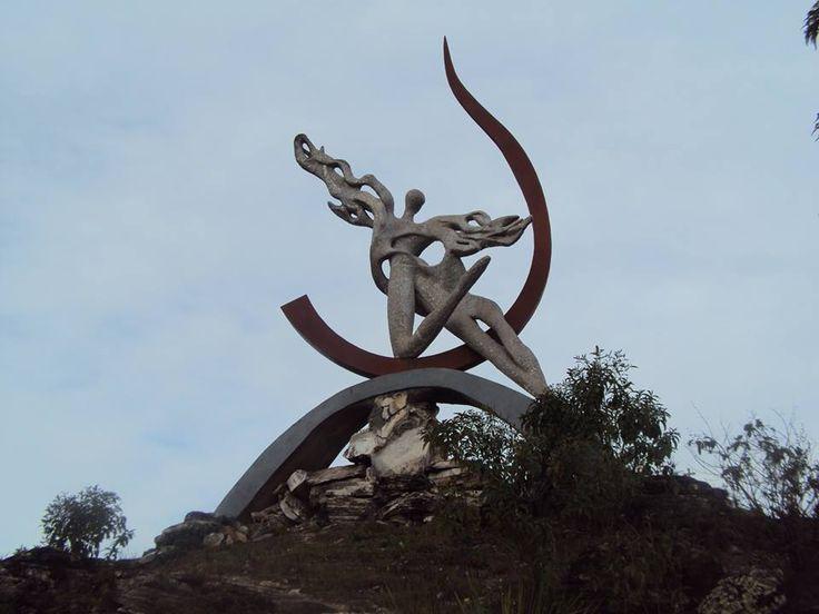 """Escultura """"O Destino"""", obra da artista plástica Vilma Noel, localizada no Morro Redondo - Ipoema"""