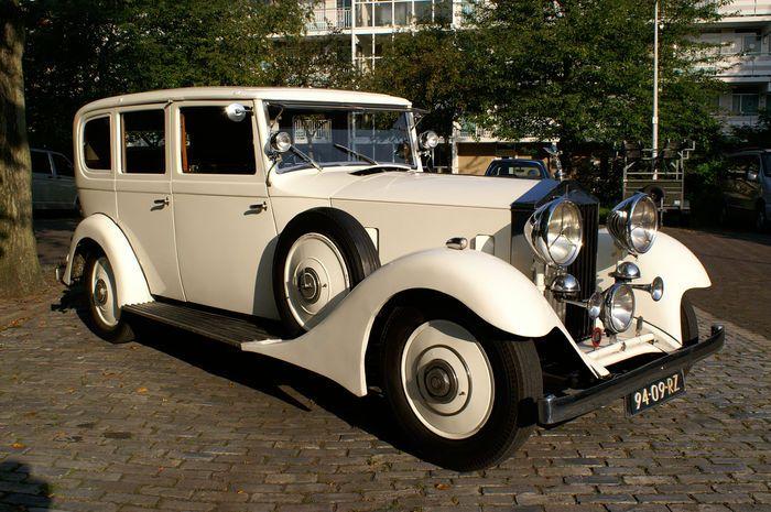 Rolls-Royce Limousine 20/25 - 1933  4-deurs Massa Ledig voertuig 1860 kg Brandstof: Benzine Cylinders 6 Rood bruine lederen bekleding (origineel) Nederlands kenteken  Eigenaar voor ruim 16 jaar  Extra uitklapbare stoelen achterin.  Lederen koffer achterop  Hooper & Co. was a British coachbuilding company based in Westminster London. From 1805 to 1959 it was a notably successful maker, to special order, of luxury carriages both horse-drawn and motor-powered