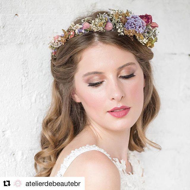 Nossas headbands em um editorial de tirar o fôlego!! #Repost @atelierdebeautebr with @repostapp  ・・・  Boho Bride ✨🌷 pele iluminada + olhos esfumados com tons de dourado e marrom + boca cereja 🍒 foto @alemarquesfoto   vestido de noiva @atelierjardimsecreto   coroa de flores @vanessaozflores   modelo @alineschneider. #atelierdebeaute #noivaatelierdebeaute #noiva #beleza #maquiagem #penteado #vanessaozflores #rockmywedding #stylemepretty #marthastewartweddings #bridebook