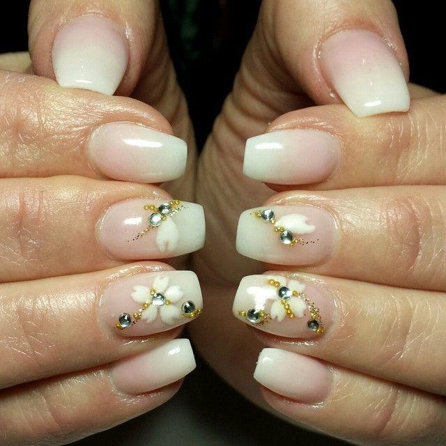 tip con fiori bianchi