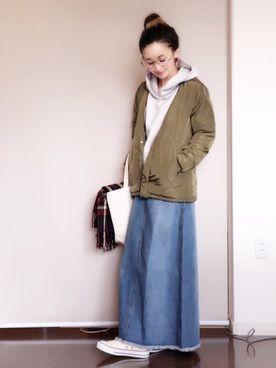 陽さんのデニムスカート「〈再入荷〉裾スリットウォッシュ加工デニムロングスカート(coca コカ)」を使ったコーディネート