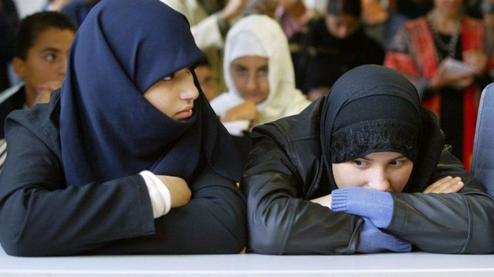 Menangi Perkara Pelajar Muslim Prancis tidak Lagi Disajikan Hidangan Babi  Pelajar Muslimah di Prancis (Foto: France 24)  PARIS (SALAM-ONLINE): Di negara berpenduduk non-Muslim rupanya tidak terlalu mudah untuk mendapatkan hidangan makanan halal. Di Burgundi tepatnya di Chalon-sur-Saône Prancis otoritas di wilayah yang berideologi ekstrem kanan itu berhasil memenangkan perkara di pengadilan atas tuntutan menyetop suplai makanan halal ke kantin-kantin sekolah.  Upaya kelompok ini berhasil…
