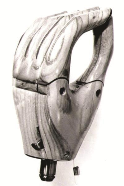 Vigorso di Budrio festeggia 50 anni: Protesi di una mano in legno degli anni 60.