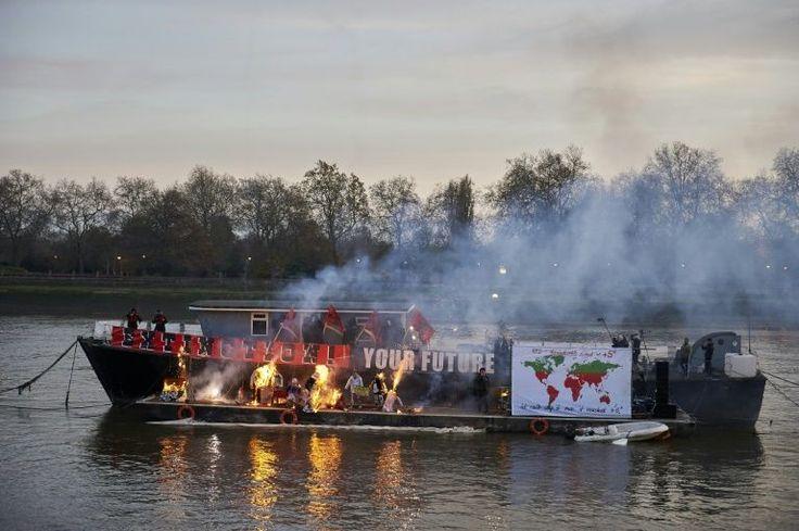 O filho do representante do Sex Pistols, Malcolm McLaren, e da designer Vivienne Westwood, ateou fogo a um conjunto de valiosas lembranças punk neste sábado, em protesto contra os planos de comemoração do 40º aniversário do movimento.