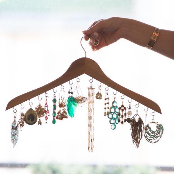"""Häng upp dina örhängen på galge! Tips från boken """"Förvara smart - organisera ditt hem"""" / Hang your earings on a hanger!"""