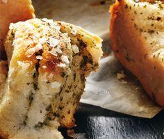Recept på utsökt brytbröd med örter och citron som är perfekt att servera till fest. Brödet gör du av bland annat jäst, olja, mjöl, örtkryddor, citron och flingsalt. Servera som ett lyxigt tilltugg!