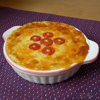 Картофельная запеканка с сыром и луком  Картофель 750 гр. Масло сливочное 40 гр. Лук репчатый 1 шт. Молоко 100 мл. Сыр 200 гр. Горчица дижонская 1 ч. л. Соль по вкусу Перец по вкусу Помидор 3 шт.