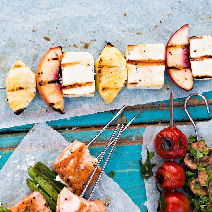 Hedelmä-halloumivartaat | K-ruoka #grillaus #kasvisresepti
