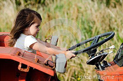 Petit enfant s asseyant sur un vieux tracteur