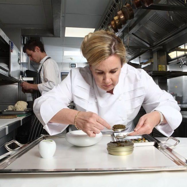 Hélène Darroze, chef de dos restaurantes en París y uno en Londres, ha sido reconocida como mejor cocina del mundo. En la lista están los españoles El Celler de Can Roca (2), Mugaritz (6) y Arzak (8). http://elpais.com/elpais/2015/04/22/estilo/1429720662_613910.html