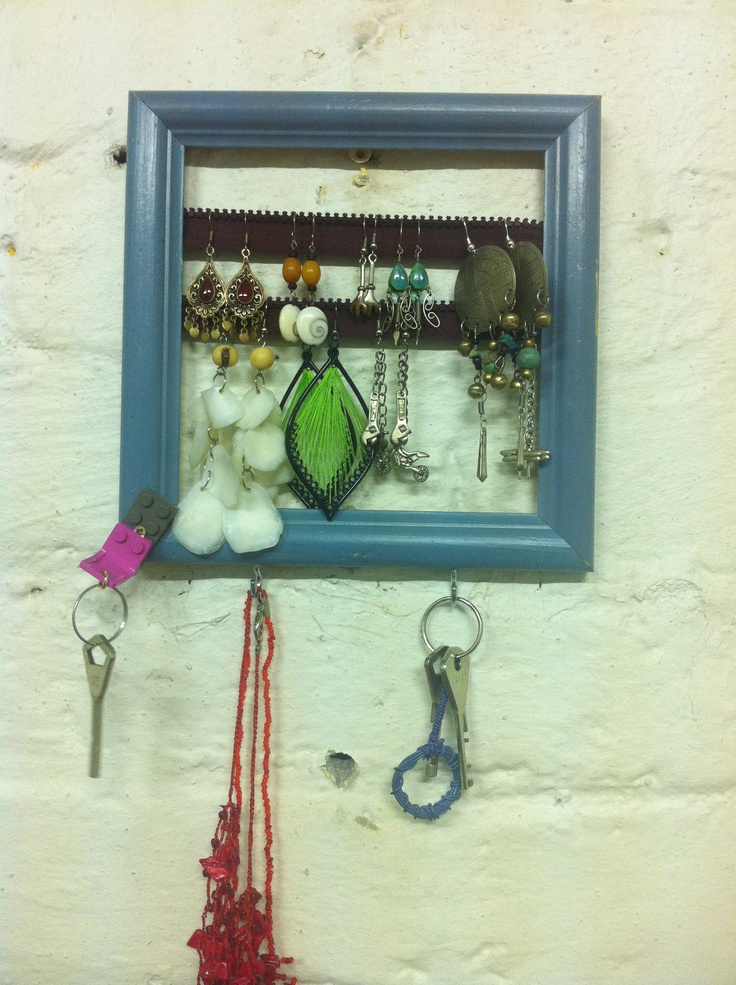 #DIY #recycle Combined an old litte frame, and old zipper, two pieces of lego bricks and some hooks and here you have it: you can put your earrings, your keys, maybe a necklace or two... Handy, isn't it? #Welukontu