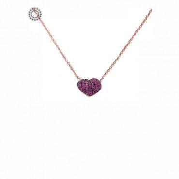 Ένα διακριτικό κολιέ σε ροζ χρυσό Κ18 με κρεμαστή καρδιά γεμάτη από ορυκτά ρουμπίνια. Συνοδεύεται από εγγύηση ποιότητας πετρών. #καρδια #ρουμπινια #χρυσο #κολιε