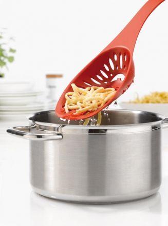 »MIRKO #Sieblöffel:  Profikoch #MirkoReeh stand Pate für diese Neuschöpfung im Küchenregal. Der innovative Sieblöffel ist an die Bedürfnisse der Profikochausstattung angepasst und vereint clever Schöpflöffel und Sieb miteinander. Mit MIRKO kann man einfach alles aus dem #Wasser fischen: Gemüse, Knödel, #Gnocchi oder auch mal ein verlorenes Rezept.