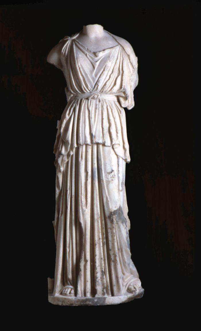 Le peplos, pièce uniquement féminine, est très présent dans l'iconographie et surtout sur la sculpture. Comme pour le chiton, la pièce de tissu de base est pliée dans la largeur.