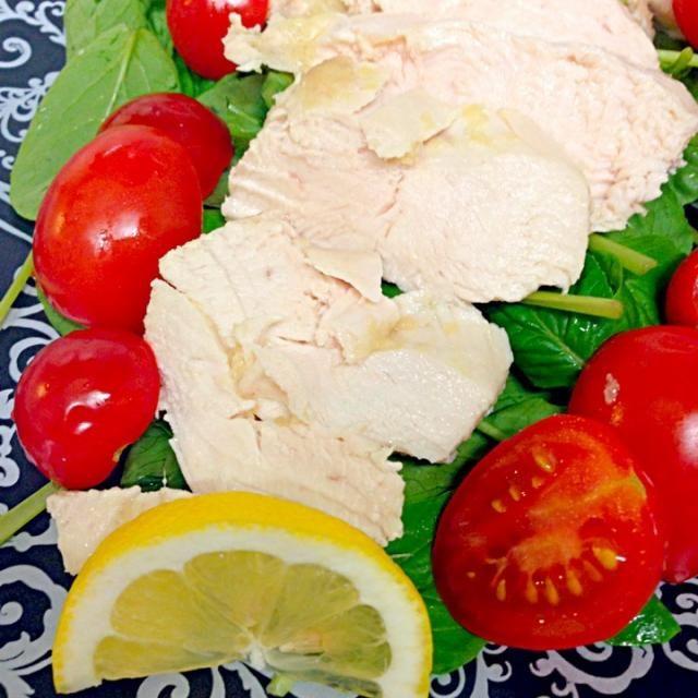 鶏胸肉に生姜をすり込んで置く。塩を入れたお湯で湯がいて(蒸してないなぁ…)冷めたら切ってサラダ小松菜の上に。  ピエトロか何か、適当なドレッシングで食べよかな?(・ω・) - 8件のもぐもぐ - 鶏胸肉の生姜蒸し by shimesabalove