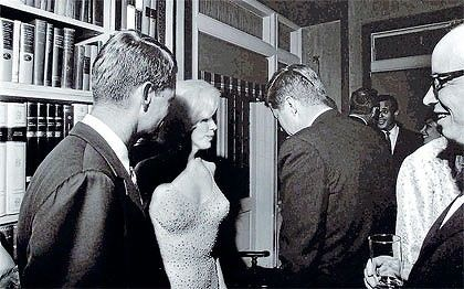 I feel bad for pinning this to 'like jackie' but this is my category for clothes/style. Apologies to JFK, MM and of course JO.: John Kennedy, Robert Kennedy, Happy Birthday, Marilyn Monroe, Birthday Parties, John F Kennedy, U.S. Presidents, Norma Jeans, Photo
