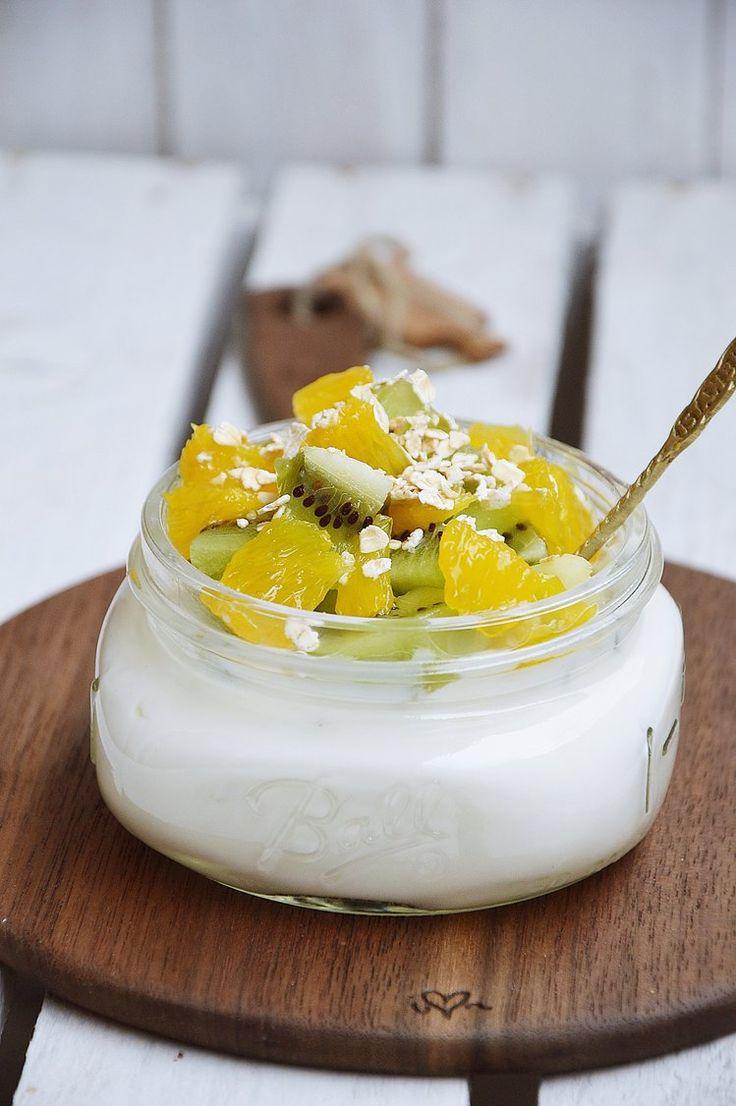 Jogurt grecki z miodem i owocami
