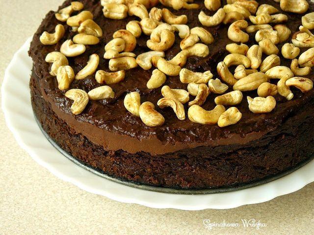 Długo kazałam Wam czekać na to ciasto, wiem. Biję się w pierś.Jest to wariacja na temat słynnego już chyba jaglanego brownie słodzonego daktylami. Tutaj dodatkowym słodzidłem i spoiwem jest puree z pi