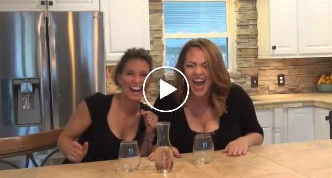 Amigas Não Conseguem Parar De Rir Depois De Beberem Vinho Com Hélio