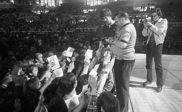 Budapest Sportcsarnok, Puskás Öcsi dedikál, mellette Déri János riporter (1982)