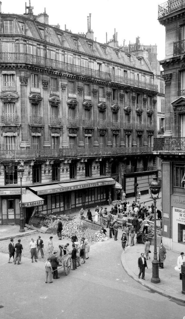 Libération de Paris en 1944 - Construction de barricades - ©Gérald Bloncourt