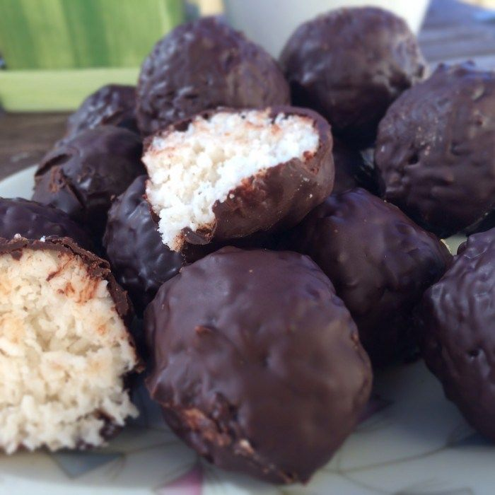 Bountybollar {Coconut balls } , lchf, { milk free, laktosfree, sugar free} mjölkfritt, laktosfria, mejerfritt, sockerfritt, - TO DECARB: Use sweetener instead of suggested sugar. Yes, honey and syrups ARE sugars under other names. --- Swedish recipe --- give me a holler if you need translation :0)