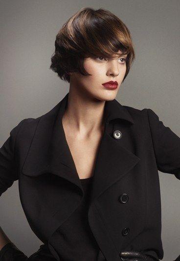 Color de cabello natural - Coloración cabello otoño - Coloración cabello - Tendencia coloración otoño-invierno 2009 - Un juego de claro-oscuros para este castaño salpicado de rubio oscuro. Sobre un cabello corto y con flequillo a ser posible ¡es ideal! Es un color que irá perfectamente a...