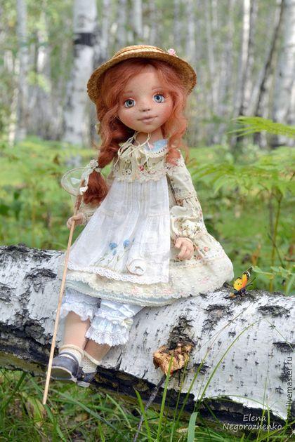Купить или заказать Полинка, текстильная кукла в интернет-магазине на Ярмарке Мастеров. В последние деньки уходящего лета Полинка отправилась на прогулку в лес, чтобы поймать самую красивую бабочку и полюбоваться на нее:) Кукла авторская, полностью текстильная, немного утяжелена стеклянным гранулятом. У нее сгибаются ножки и ручки, а так же каждый пальчик. Волосы из овечьей шерсти, обувь кожанная, ручной работы. Одежда из хлопка и батиста, с отделкой французским кружевом, немного…