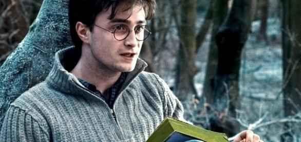Harry Potter 20 e gli spoiler nascosti: gli indizi lasciati da J. R. Rowling nel corso della saga Per festeggiare Harry Potter 20, ecco una lista di indizi - spoiler - che J.K. Rowling ha lasciato tra le righe e che anticipavano verità e colpi di scena scoperti solo nei libri successivi #harrypotter #j.k.rowling #spoiler