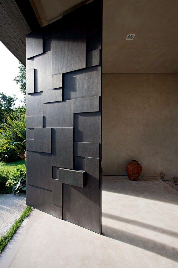 Porta pivotante com chapas de madeiras intercaladas para dar um charme especial à porta. Fotografia: http://www.decorfacil.com/portas-pivotantes/