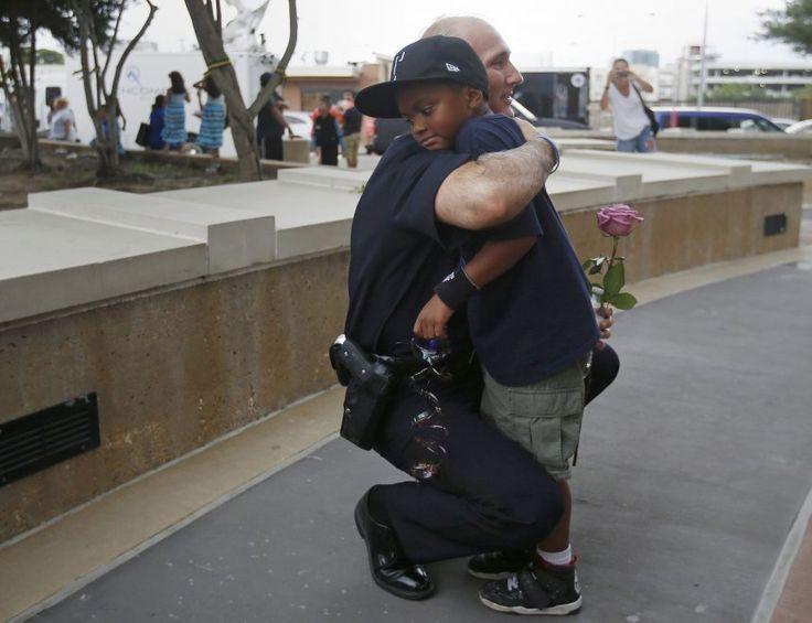 L'abbraccio tra il poliziotto e il bambino: è l'America non violenta