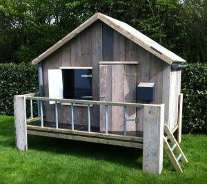 speelhuisje van steigerhout voor kinderen