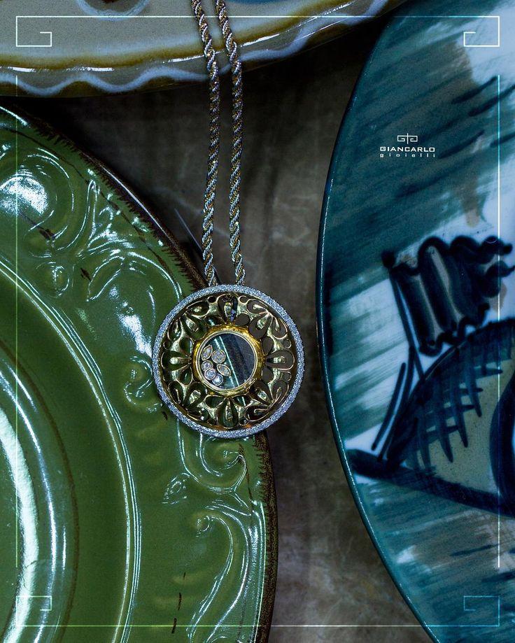 Золотой кулон круглой формы инкрустированный и обрамленный бриллиантами -  это стильный и модный аксессуар который никогда не утратит своей актуальности! Такой кулон можно носить как с простыми джинсами облагородив тем самым повседневный стиль так  и с элегантным платьем создав завершенный вечерний образ.  Желтое золото вес - 564 г. проба  750  Бриллианты - 054 карат/ 91 шт.  #jewellery #giancarlogioielli #ring #bracelet #pendant #necklace #earrings #beauty #vscogood #vscobaku #vscocam…