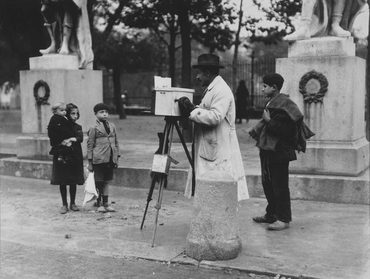Alfonso Sánchez Portela. (1902 - 1990) Fotógrafo minutero en la Plaza de Oriente, Madrid / Photographer minute in the Plaza de Oriente, Madrid, ca 1925.