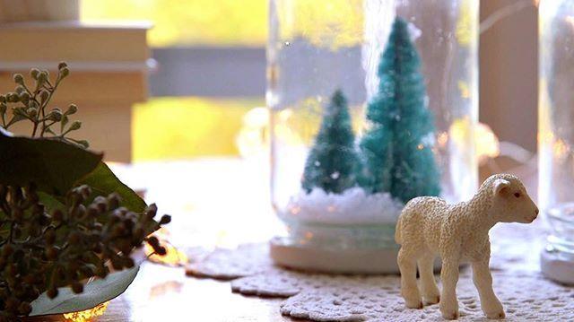 Si te gustó el DIY de la vela de Navidad estate muy atento, porque tenemos muchísimos más. Hoy, cómo hacer una bola de nieve con tarros de cristal. Más, en el link de la bio. Continuará... #elmueble #NavidadDIY #ElMuebleNavidadDIY #Christmas #manualidades #manualidadesNavidad #ChristmasDIY #boladenieve #snowglobe